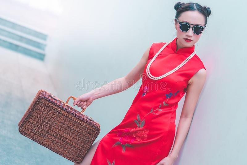 Японская китайская девушка с концепцией перемещения деревянного багажа винтажной азиатской стоковые фотографии rf