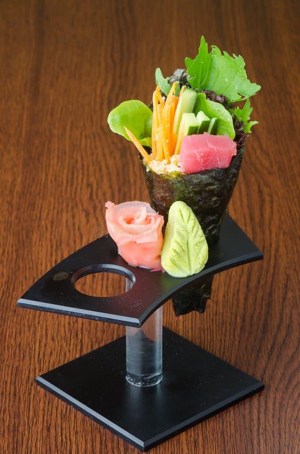 Японская кухня крен руки на предпосылке стоковая фотография