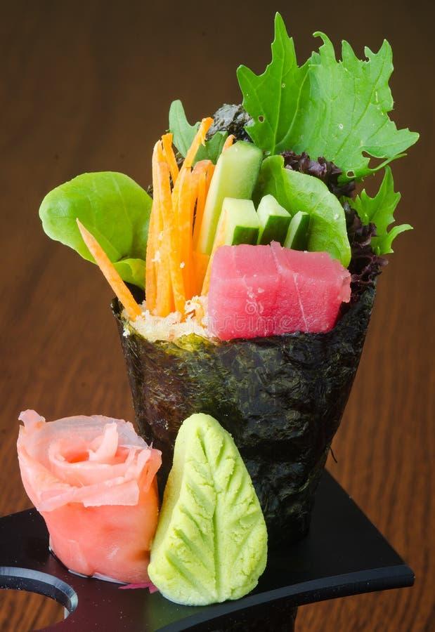 Японская кухня крен руки на предпосылке стоковая фотография rf