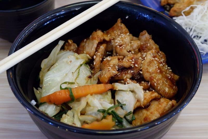 Японская кухня, рис и свинина с соусом стоковые изображения rf