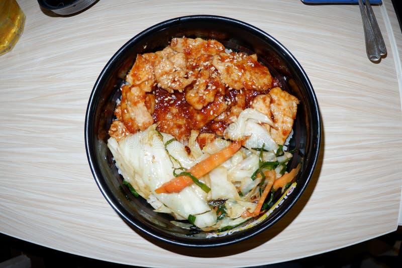 Японская кухня, рис и свинина с соусом стоковое изображение rf