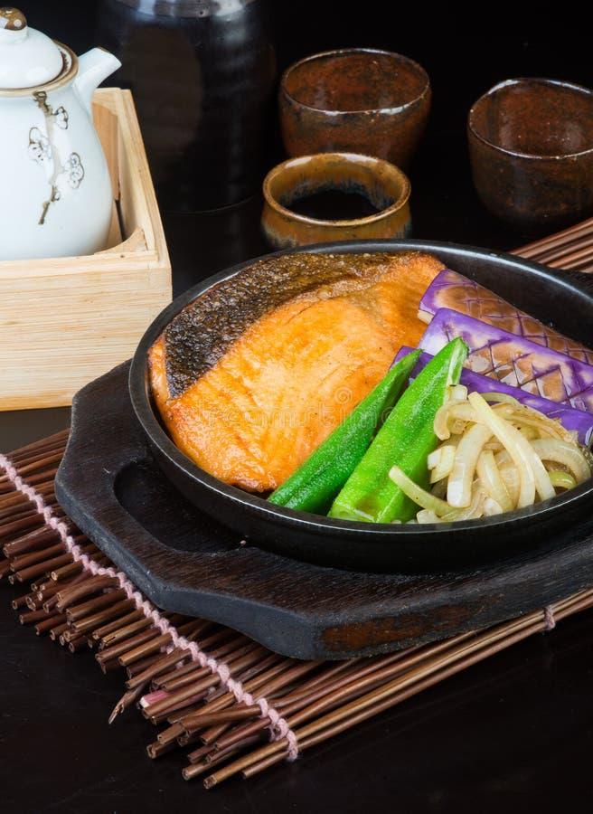 Японская кухня рыбы нагревательной плиты на предпосылке стоковое изображение rf