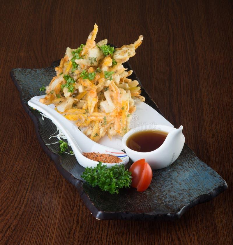 Японская кухня tempura Глубоко зажаренный овощ смешивания на backg стоковое фото rf