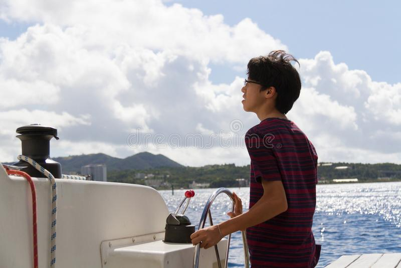 Японская яхта плавания молодого человека стоковое фото