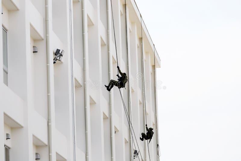 Японские военные rappelling вниз с веревочки стоковые изображения rf