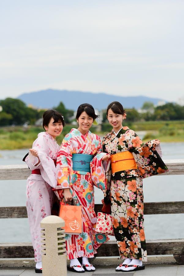 Японские девушки в идти платья кимоно стоковые изображения rf
