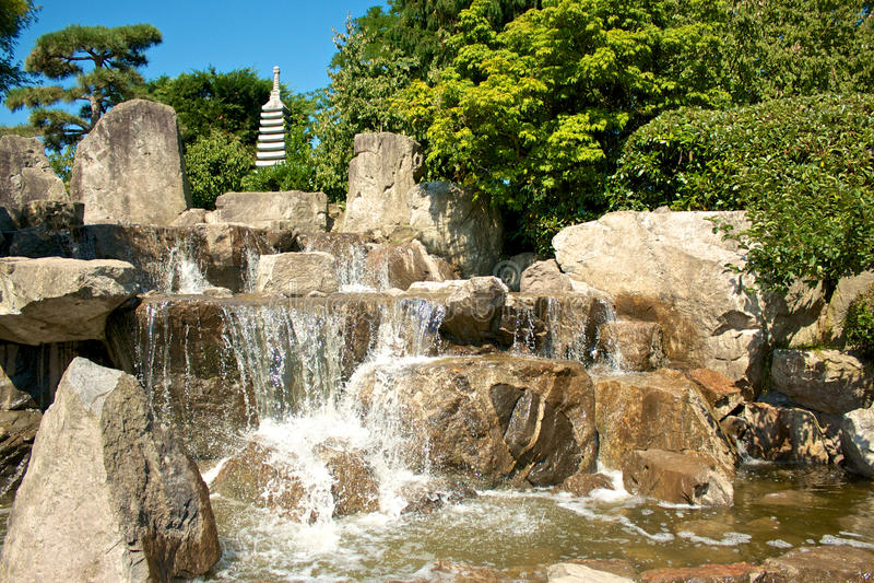 Японские каскады сада стоковые изображения