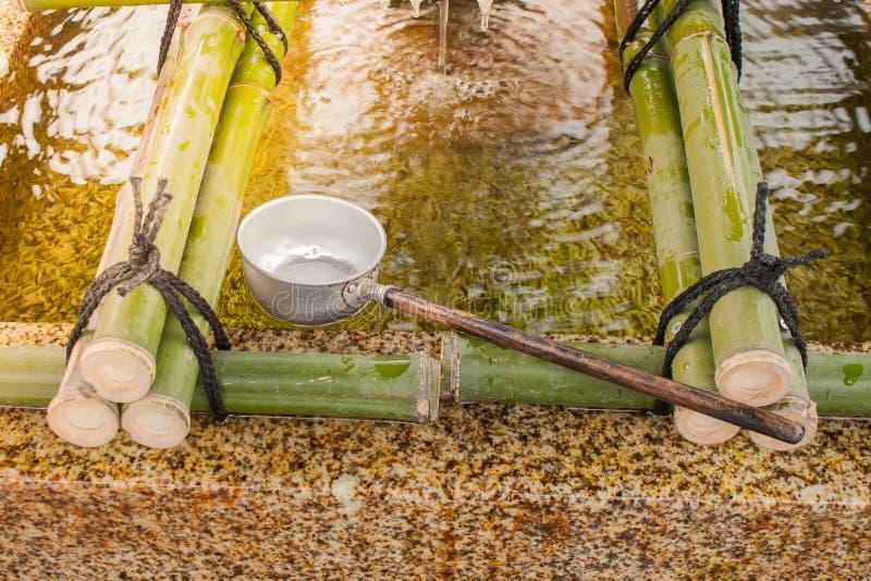 Японские ковши воды для тела и сердца очищенности перед прогулкой к японскому виску который верят японского вероисповедания стоковые изображения