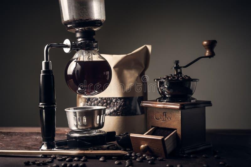 Японские кофеварка и механизм настройки радиопеленгатора сифона стоковая фотография rf