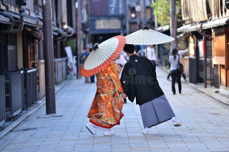 Японские пары одетые в традиционном кимоно стоковое изображение