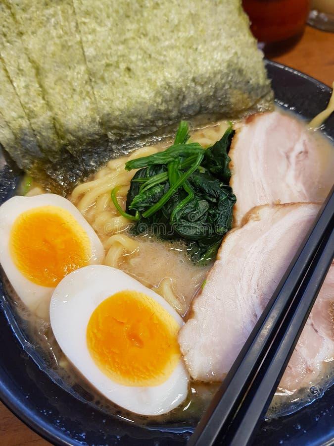 Японские рамэны с яйцом и супом подписи стоковое фото rf