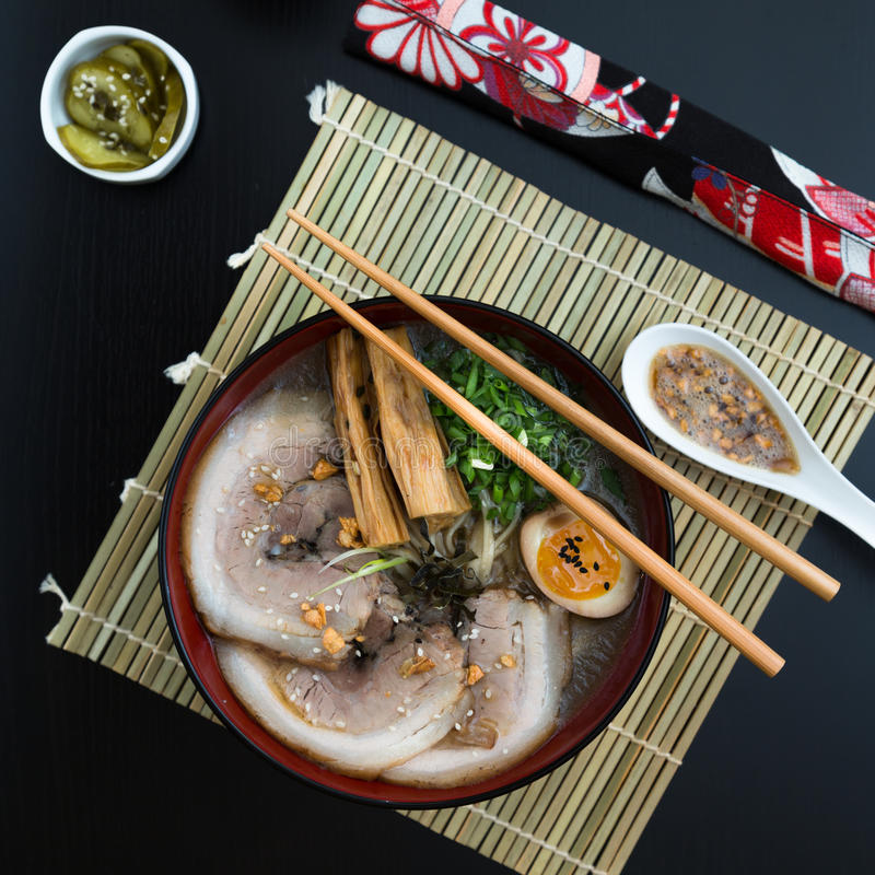 Японские рамэны tonkotsu, взгляд сверху лапшей отвара косточки свинины стоковое изображение rf
