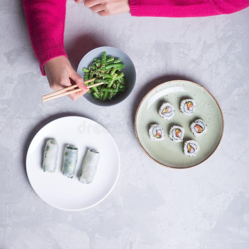 Японские суши и зеленые фасоли на белой предпосылке стоковая фотография