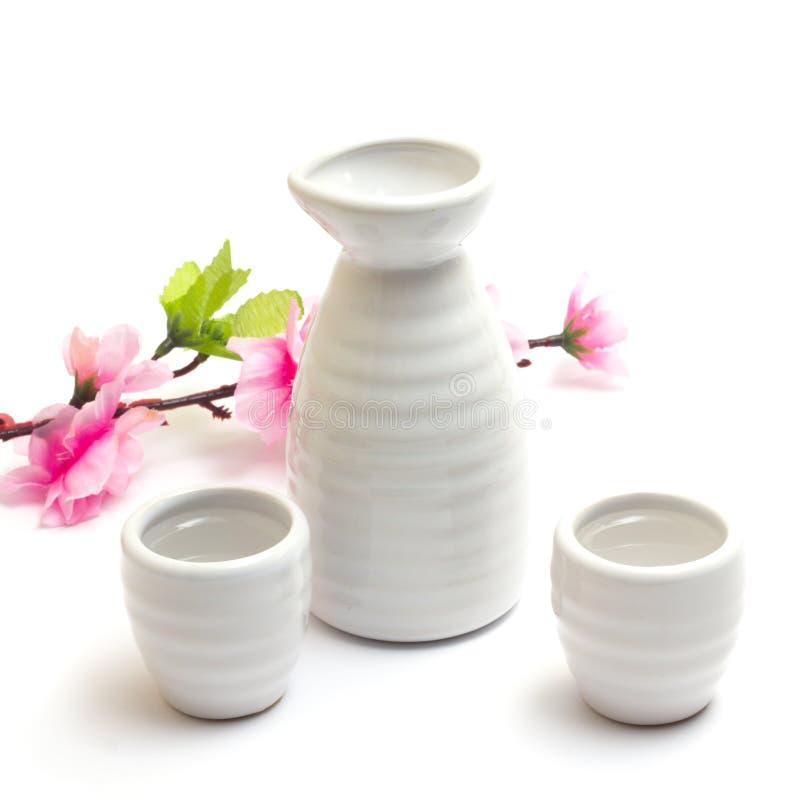 Японские традиционные чашки и бутылка ради с Сакурой стоковое изображение