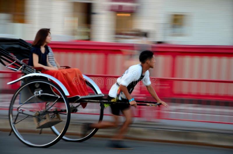 Японские туристы едут рикша в токио, Японии стоковая фотография