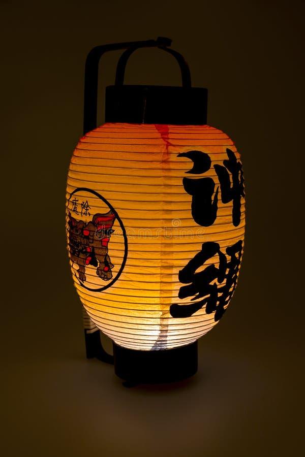 Японский бумажный фонарик в темноте стоковые изображения rf