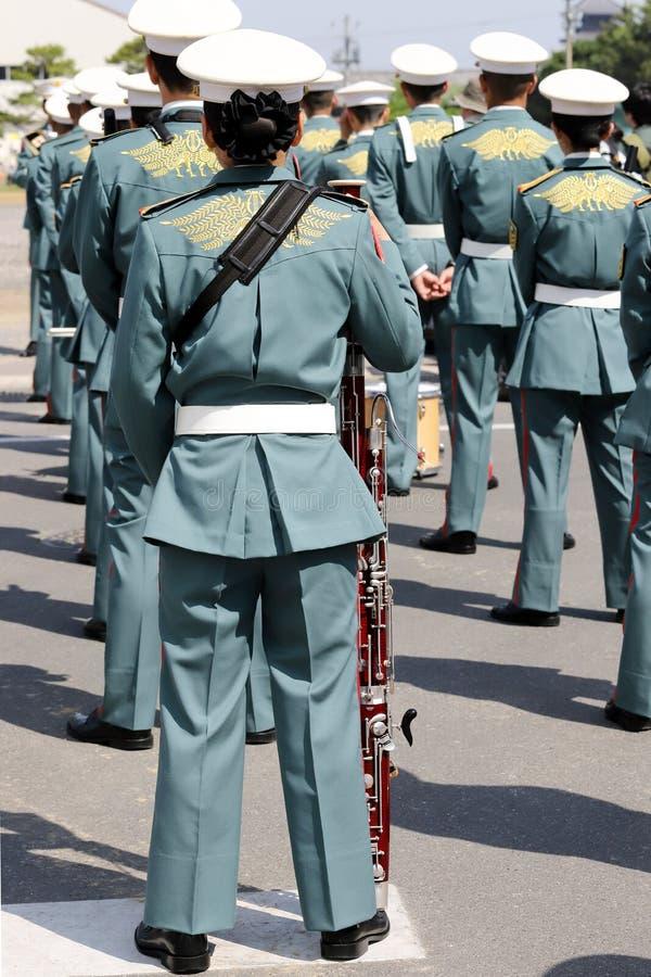 Японский воинский музыкант с аппаратурой стоковое фото