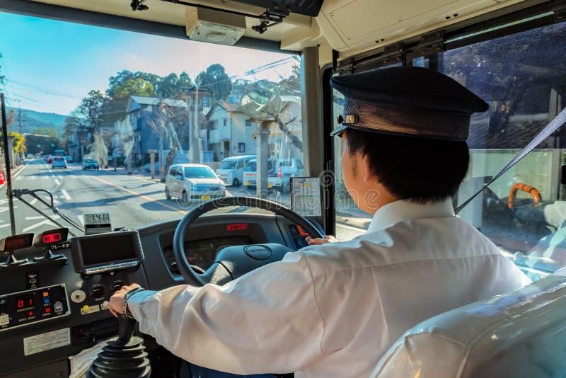 Японский водитель автобуса в городе Ise, префектуре Mie, Японии стоковые фото