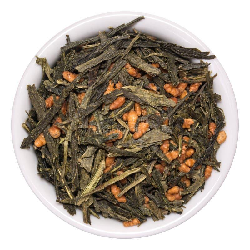 Японский зеленый чай Genmaicha изолированное на белизне Листья чая с зажаренным в духовке рисом стоковые фото