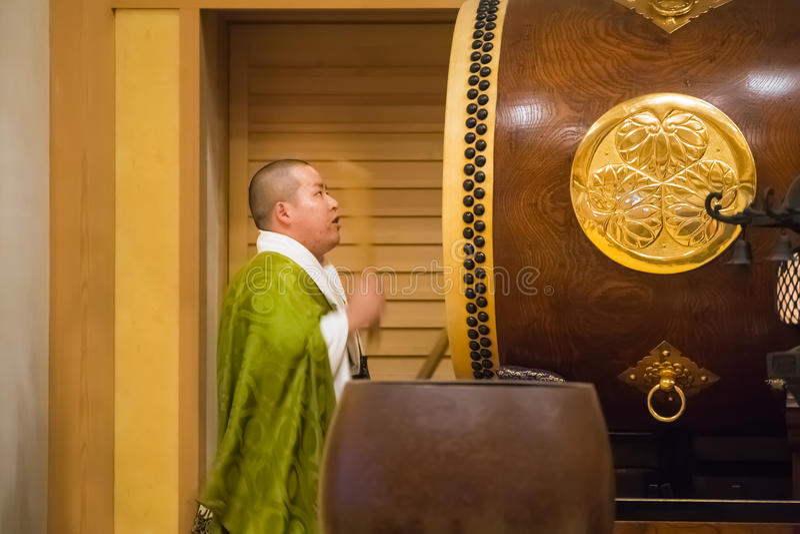 Японский монах на виске Zojoji в токио стоковые фотографии rf