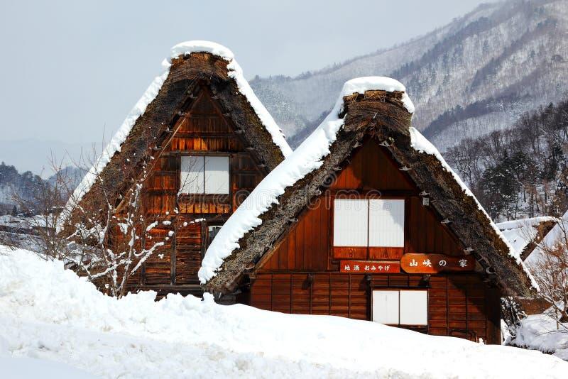 Японский дом фермы - excotic зима Японии - Shrakawago - дом соломы стоковое фото rf