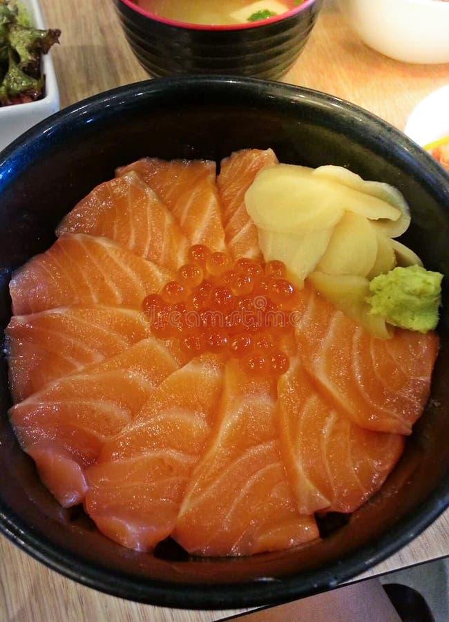 Японский рис с семгами и семгами Дон Tobiko служил с Wasabi и имбирем Prickled с супом мисо, Salmon шаром косуль стоковые фото
