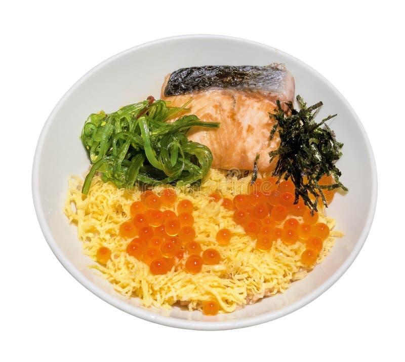 Японский рис с семгами надевает, яичко ` s ikura salmon, морская водоросль и и яичко куска в керамическом шаре изолированном на б стоковые фотографии rf
