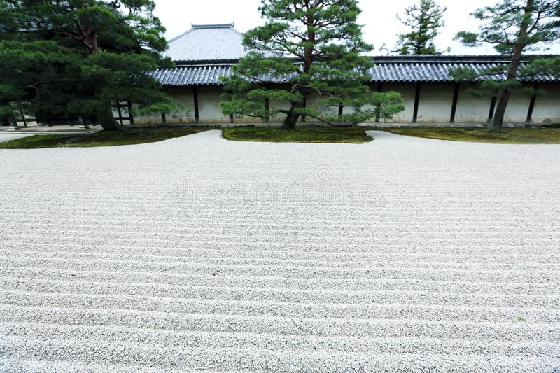 Японский сад ДЗЭНА с камнем в песке, Киото Японии стоковые изображения rf