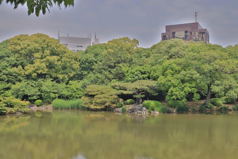 Японский сад с прудом и рекой, садом Ritsurin стоковое изображение
