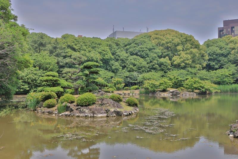 Японский сад с прудом и рекой, садом Ritsurin стоковое изображение rf