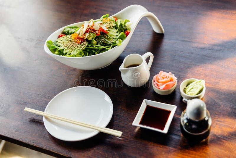Японский салат с авокадо, помидором, зеленым дубом, миндальным орехом и кунжутным соусом Обслуживание с помощью пиккантного имбир стоковые изображения