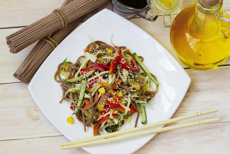 Японский салат soba с овощами и концом-вверх сезама на плите на таблице o стоковое фото