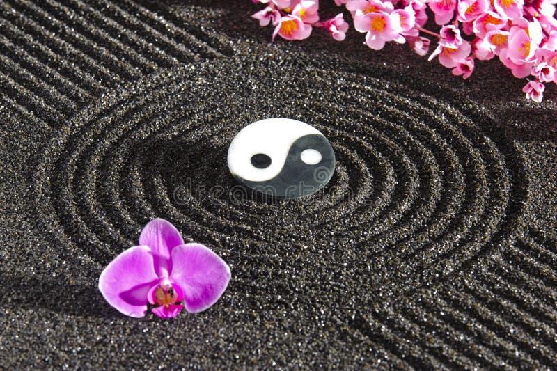 Японский сад Дзэн с yin и yang стоковое изображение rf