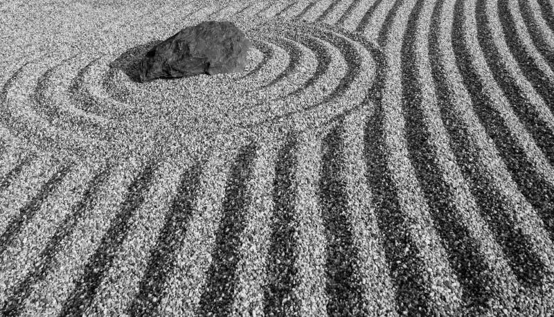 Японский сад камня стиля Дзэн в черно-белом стиле стоковое изображение rf