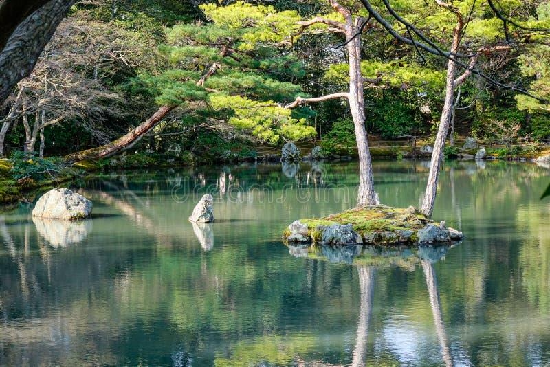 Японский сад с озером в Киото, Японии стоковые изображения
