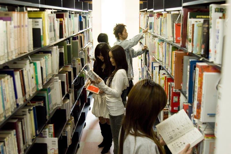 Японский студент колледжа в библиотеке стоковая фотография rf