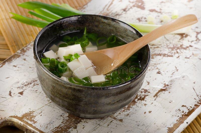 Японский суп мисо на белом деревянном столе стоковые изображения