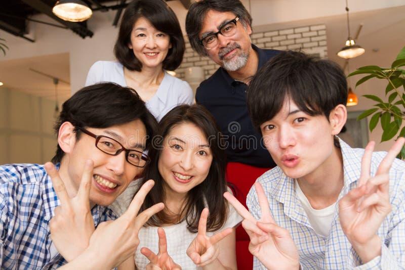 Японский фотоснимок семьи, selfie, дома партия стоковая фотография