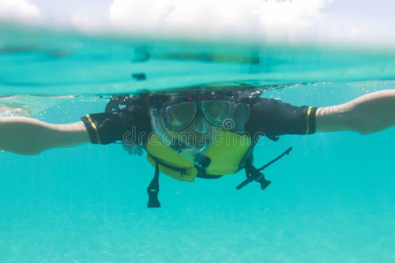 Японский человек наслаждается snorkeling в Окинаве, Японии стоковые изображения