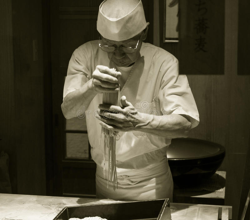 Download Японский шеф-повар лапши Udon Редакционное Стоковое Фото - изображение насчитывающей подготовка, дни: 81803388
