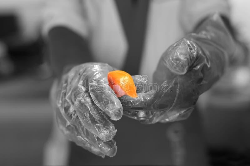 Японский шеф-повар делая salmon суши стоковое изображение