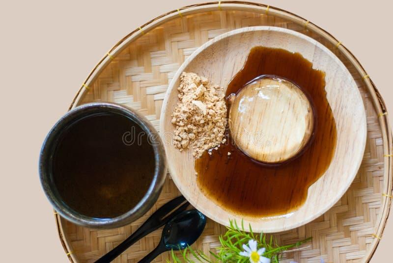 Японское прозрачное mochi на деревянной плите с сладостным соусом, sug стоковые изображения