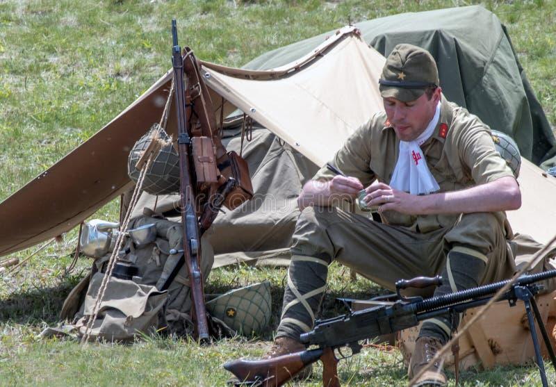 Японское solider есть с ручками отбивной котлеты на лагере стоковое фото