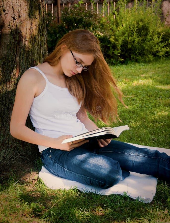 ярд чтения девушки библии стоковое изображение