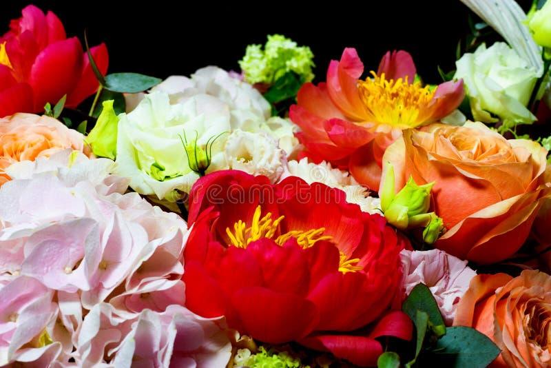 Яркая белая цветочная композиция в корзине на темной предпосылке стоковое изображение