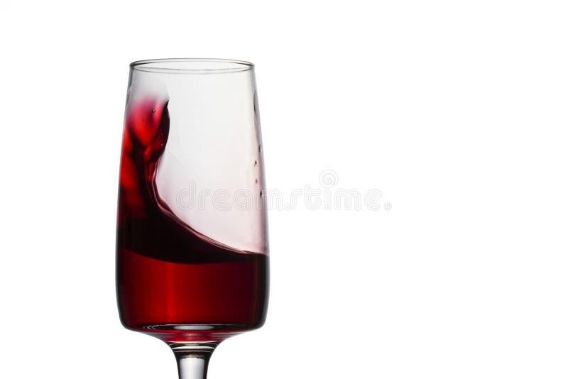 Яркая волна красного вина в стекле стоковая фотография