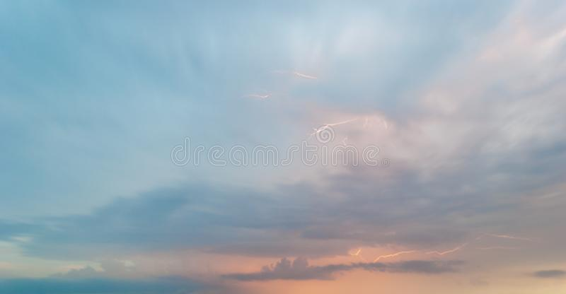 Яркая гроза белой молнии на ландшафте облаков неба вечера фиолетовом розовом голубом стоковые фотографии rf