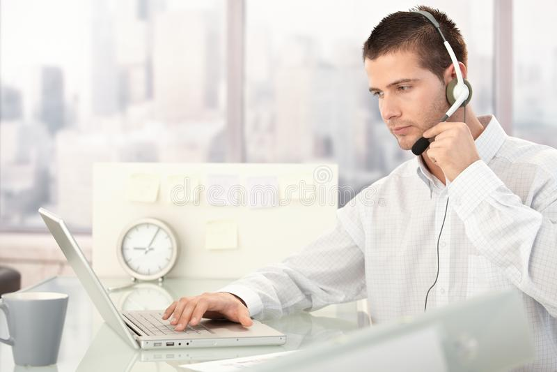 Download яркая деятельность обслуживания оператора офиса клиента Стоковое Изображение - изображение насчитывающей яркое, свет: 18382211