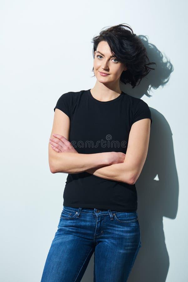 Яркая женщина брюнет в черной футболке стоковые фотографии rf
