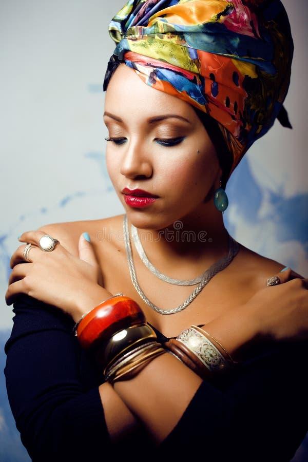 Яркая женщина с творческим составляет, шаль на голове стоковое фото rf